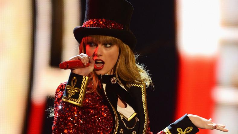"""Jest najlepiej zarabiającą gwiazdą muzyki przed 30. rokiem życia. Na liście """"Best Paid Celebrities Under 30"""" – tradycyjnie już przygotowanej przez magazyn """"Forbes""""– zajęła pierwsze miejsce z zarobkami za 2010 rok w wysokości 57 mln dolarów. W pokonanym polu zostawiła takie gwiazdy jak Rihanna, Lady Gaga, Katy Perry i Kristen Stewart"""