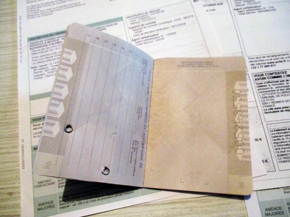 D. R. ima prazan pasoš jer nikada nije putovao van zemlje