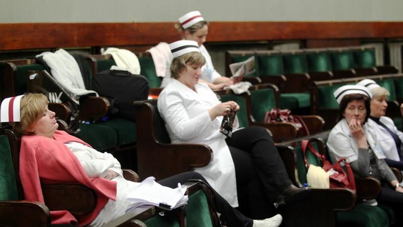 Pielęgniarki okupujące Sejm domagają się publicznego wysłuchania w sprawie kontraktów