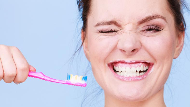 7 szkodliwych związków, które mogą znajdować się w paście do zębów