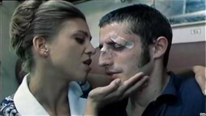 """Isidora Minić kao Milena Koheza i Nikola Đuričko kao Milić Gavranić Tula u filmu """"Lajanje na zvezde"""""""