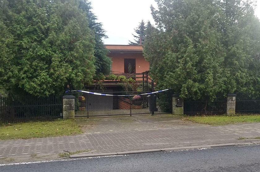 Dom,  w którym syn zamordował rodziców jest odgrodzony policyjną taśmą