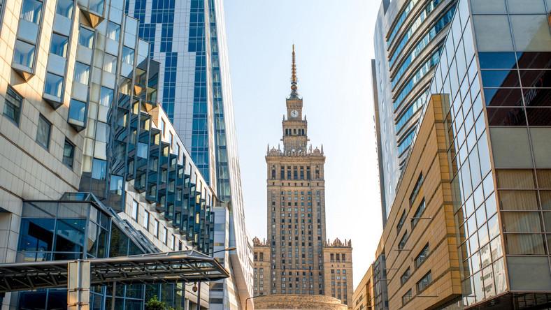 Dziennik.pl wybrał 10 atrakcji położnych nie dalej niż 50-60 km od stolicy (obowiązuje kolejność alfabetyczna). W sąsiedztwie Warszawy jest ich jednak zdecydowanie więcej.