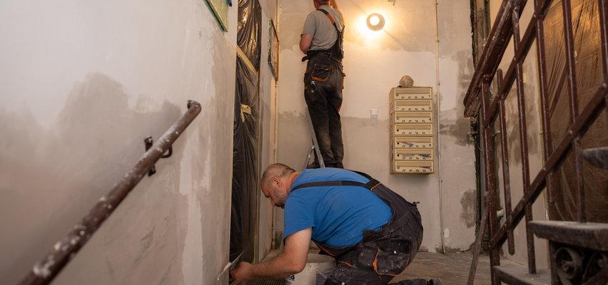Biorą klatkę na klatę. Bezrobotni ze Świętochłowic robią remonty w kamienicach