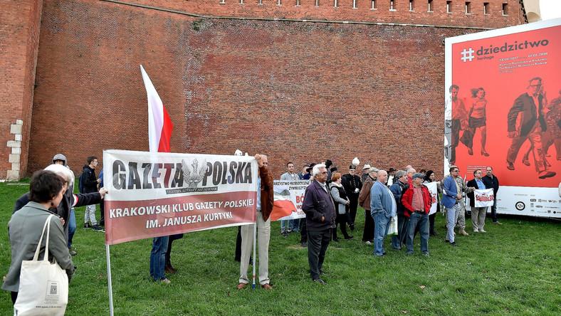 Tym razem droga prowadząca na Wzgórze Wawelskie nie została odgrodzona barierkami przez policję. Na przybywających polityków PiS oczekiwali zarówno zwolennicy, jak i przeciwnicy rządu.