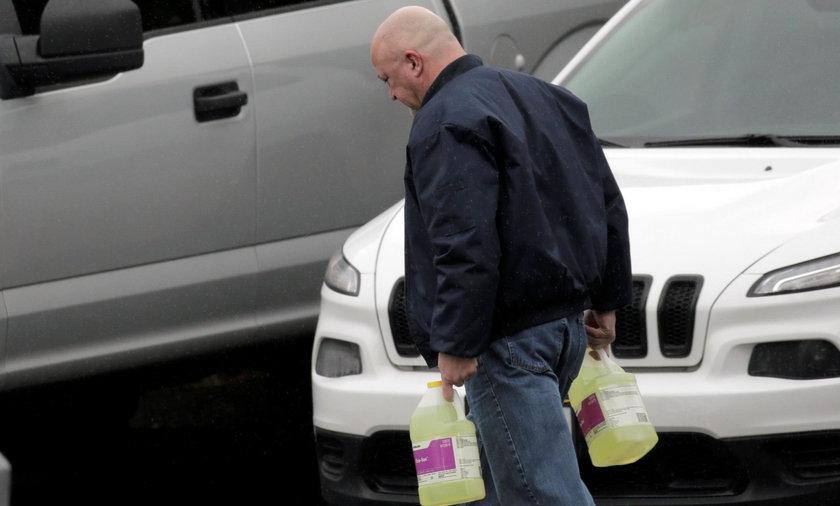Płyn do dezynfekcji znika z półek. Duńscy sprzedawcy znaleźli patent