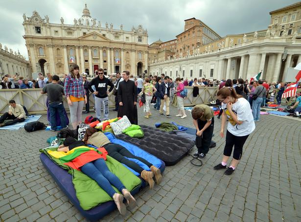 Pielgrzymi koczujący na placu św. Piotra w Watykanie. Fot. PAP/Radek Pietruszka