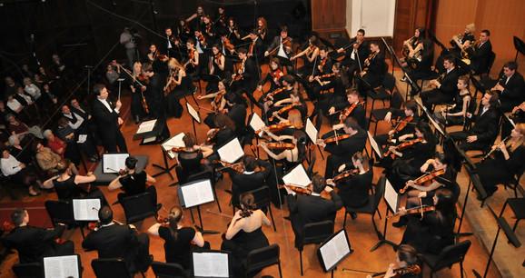 Simfonijski orkestar FMU i dirigent Bojan Suđić