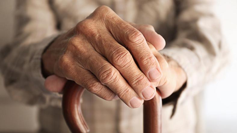 Stary człowiek, emeryt, dłonie