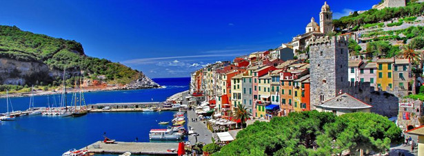 Portovenere – przez niektórych miasto nazywane jest bramą do Cinque Terre. Miasteczko wyróżnia się swoim portem jachtowym oraz górującym nad miastem zamkiem.