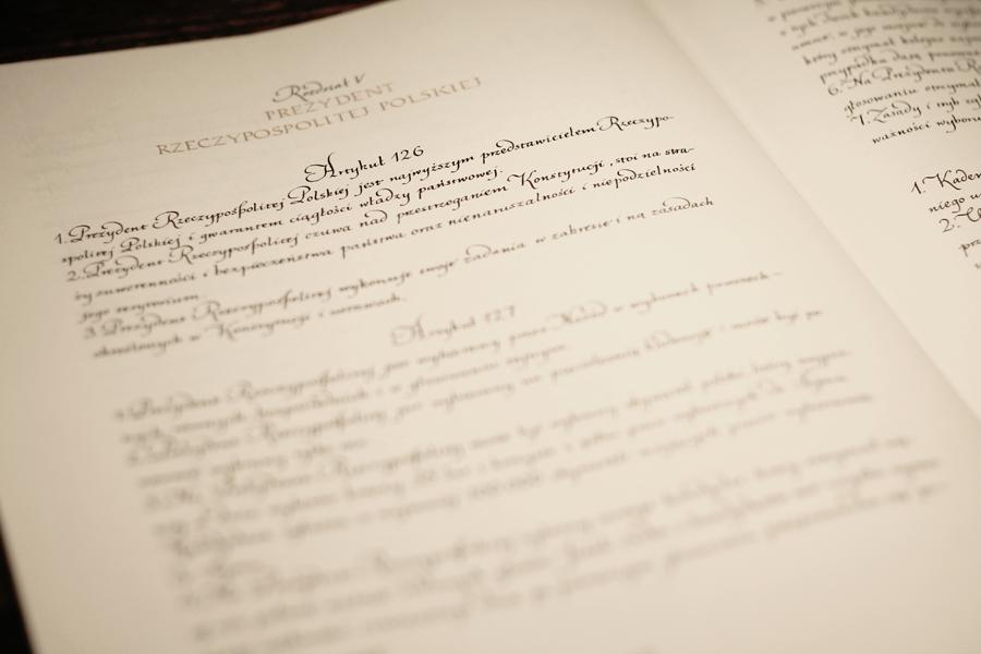 Krakowska artystka przepisała Konstytucję na zaprzysiężenie Andrzeja Dudy
