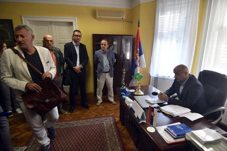 Novi Sad 380 Advokat Dragan Tankosic vlasnici stanova kod izvrsitelja zbog licitacije stanova foto Robert Getel