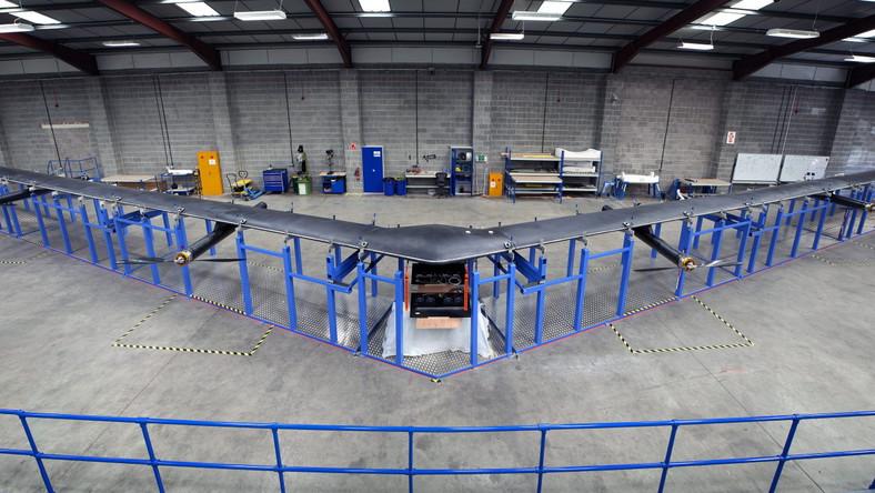 Plan jest taki, że w dzień dron ma się wznosić na wysokość ok. 27 kilometrów i w tym czasie ładować swoje akumulatory. W nocy pułap ma być obniżany do 18 kilometrów. W ten sposób maszyna będzie oszczędzać energię.