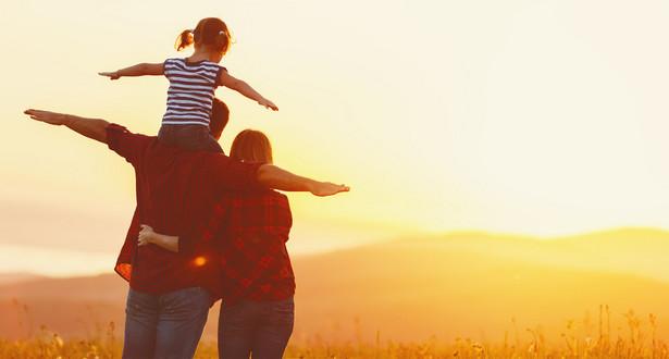 Matka może być jednocześnie uznawana za samotnego opiekuna wobec jednego dziecka i za osobę wychowującą wspólnie drugie dziecko z jego rodzicem