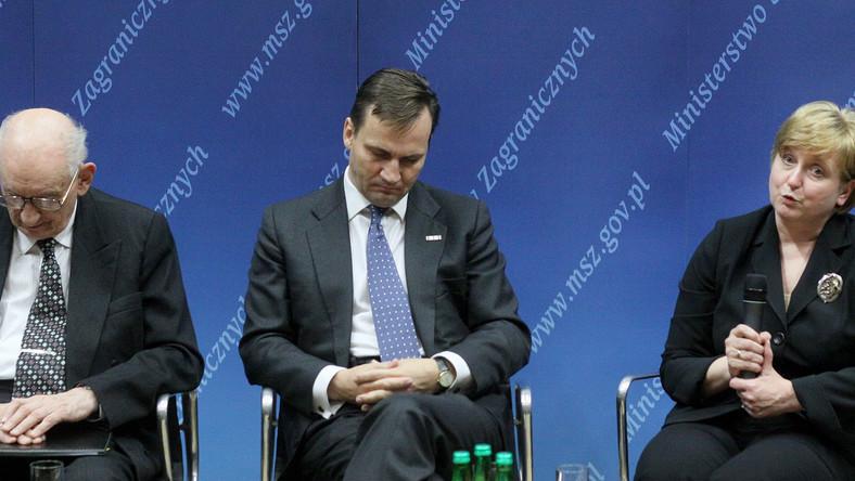 Sen okazał się silniejszy i w tym przypadku. Krótką drzemkę ucina sobie właśnie szef dyplomacji Radosław Sikorski - podczas debaty z okazji Dnia Służby Zagranicznej zorganizowanej w Warszawie.