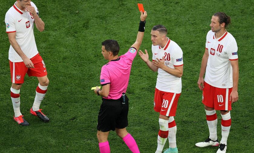 Sędzia pokazuje czerwoną kartkę Grzegorzowi Krychowiakowi