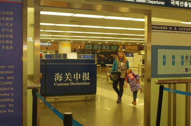 Na aerodromu u Pekingu čekao nas je Spajdermen. To jest Bojan sa maskom spajdermena. Tako je obećao Višnji. Odmah sam ga videla!