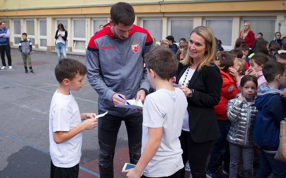 Degenek je potpisivao autograme školarcima