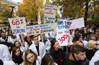 Według PiS protest rezydentów wykorzystywany politycznie. Opozycja chce dymisji Radziwiłła
