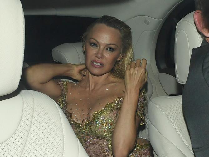Pamela u goloj haljini: Nije nosila veš, a pokazala je SVAŠTA!