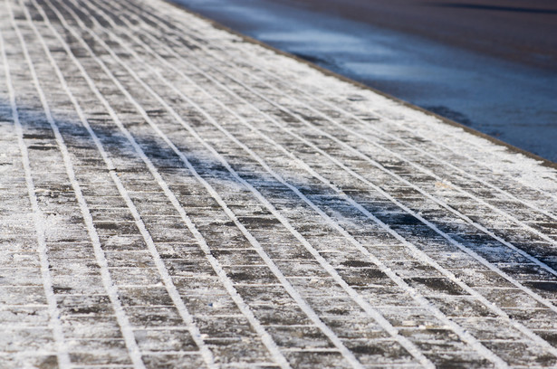 Gmina może przekazać środki na remont chodnika znajdującego się przy drodze powiatowej w innym trybie, tj. przez porozumienie z zarządcą drogi powiatowej. Przy czym uprzednio konieczne jest podjęcie przez radę gminy stosownej uchwały.