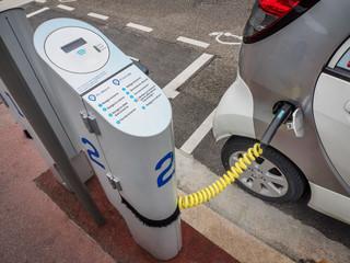 Auta elektryczne wciąż drogie, ale motoryzacyjna rewolucja już trwa