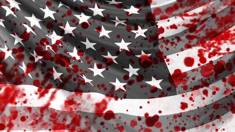 Zamieszki. USA. Flaga amerykańska we krwi. Krew