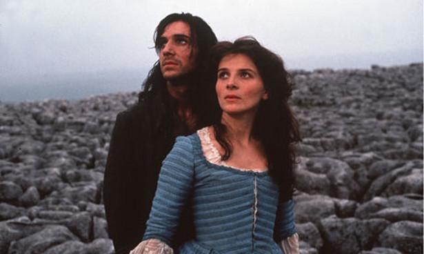 """Juliette Binoche i Ralph Fiennes w filmowej adaptacji powieści """"Wichrowe wzgórza"""" w reżyserii Petera Kosminsky'ego (1992)"""