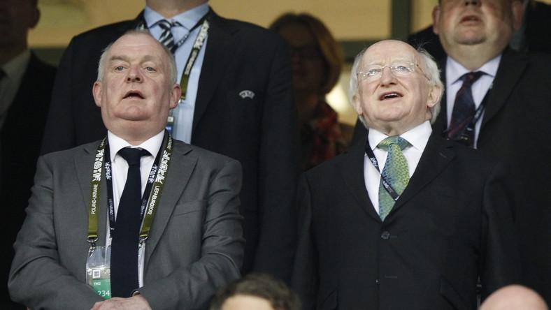 Prezydent Irlandii Michael D. Higgins (po prawej) śpiewa hymn przed meczem Irlandia - Chorwacja