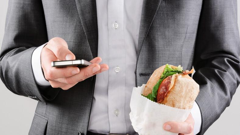 Wiele osób je swój pierwszy posiłek dopiero po pracy
