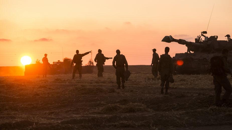 Izraelscy żołnierze przygotowują swoją jednostkę artyleryjską w pobliżu granicy ze Strefą Gazy, 14 maja