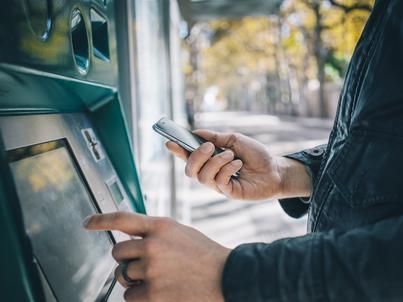 Warto przed weekendem wybrać gotówkę z bankomatu
