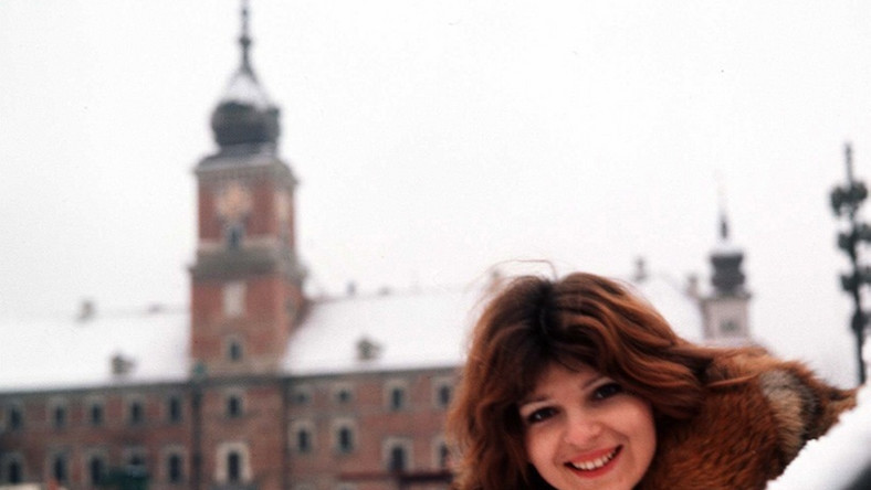 Piękny głos zespołu 2 plus 1, Elżbieta Dmoch postanowiła zejść ze sceny w 1992 roku, gdy zmarł jej były mąż Janusz Kruk, z którym słynną grupę kiedyś zakładała. Nie udziela wywiadów i unika prasy. Plotka głosi, że mieszka na wsi pod Warszawą...
