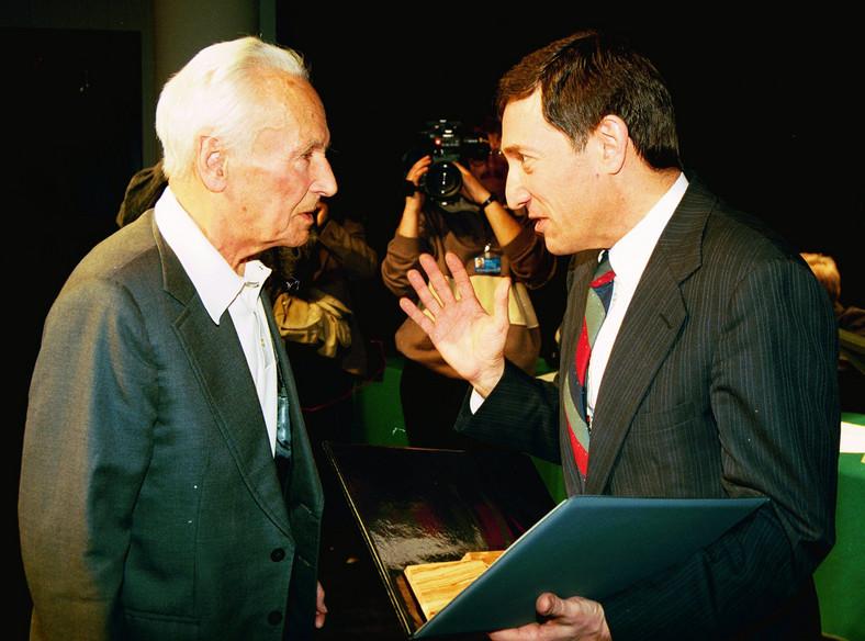 """Kazimierz Leski i ambasador Izraela Gershon Zohar. Ambasador Zohar nadaje tytuł """"Sprawiedliwy Wśród Narodów Świata"""" Kazimierzowi Leskiemu. Zdjęcie z 22 marca 1996 roku"""