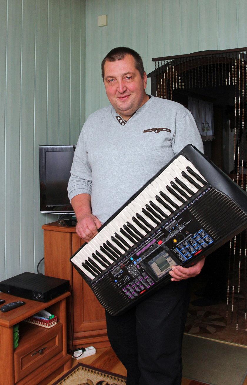 Adam Kraśko z elektronicznym pianinem