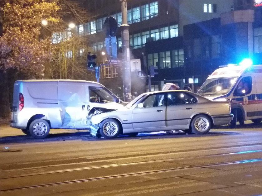 Wypadek na Piotrkowskiej w Łodzi. Ranni kierowcy. BMW zderzyło się z fiatem na skrzyżowaniu z Tymienieckiego