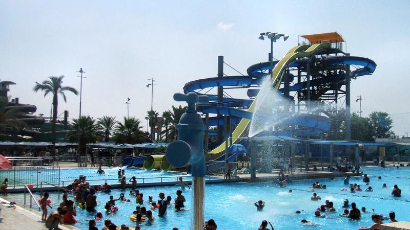 Brutális tömegverekedés robbant ki egy aquaparkban: repültek a székek, csattantak a pofonok - fotók