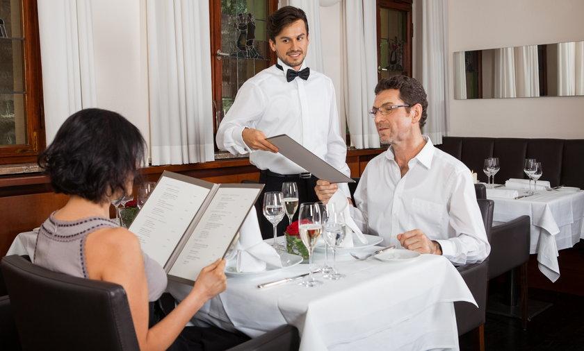 Para w eleganckiej restauracji