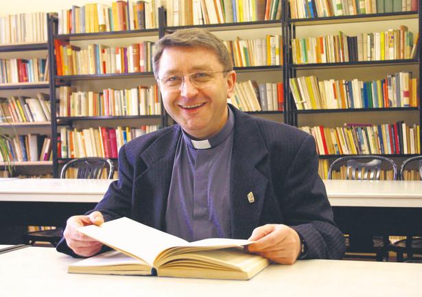 Dr hab. Kazimierz F. Papciak SSCC, profesor Papieskiego Wydziału Teologicznego we Wrocławiu, członek Rady Programowej Powszechnego Uniwersytetu Nauczania Chrześcijańsko-Społecznego. Teolog i socjolog specjalizujący się w etyce społecznej