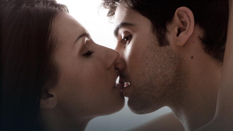 Kobiety tak samo dobrze pamiętają pierwszy stosunek, jak pierwszy pocałunek