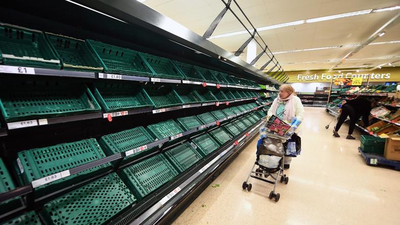 Puste półki w brytyjskich marketach