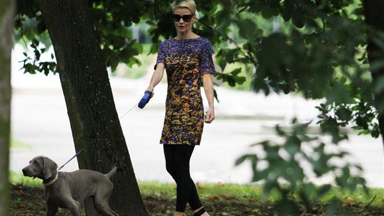 Małgorzata Kożuchowska wybrała na spacer z psem buty na bardzo oryginalnym obcasie.