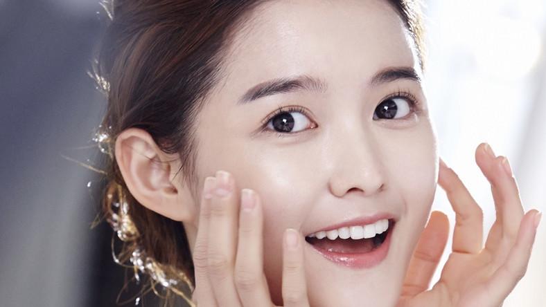 3. METODA 4 2 4 4 minuty oczyszczania i masowania twarzy olejkiem, 2 minuty oczyszczania twarzy pianką, 4 minuty przemywania twarzy na przemian ciepłą i zimną wodą – metoda 4 2 4 robi furorę w szczególności wśród młodych koreańskich celebrytek, które zaraziły nią tysiące Azjatek.