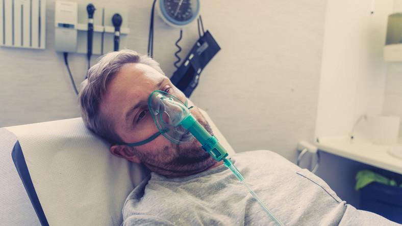 Młody mężczyzna w szpitalu