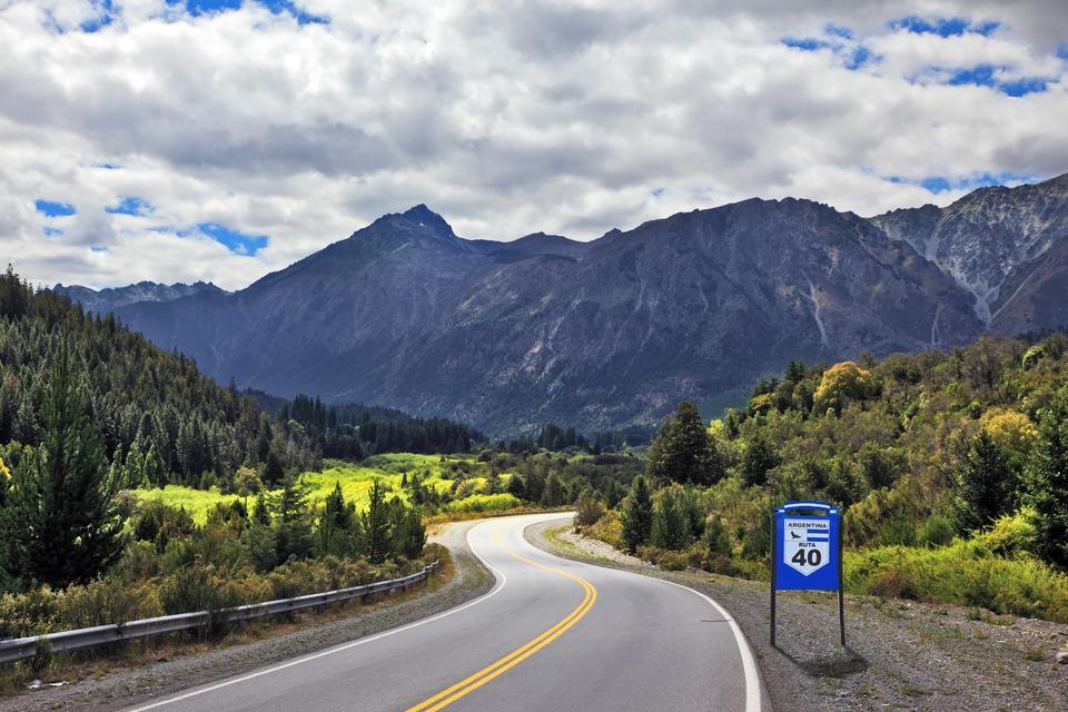 Droga krajowa Ruta 40 rozciąga się od północnej granicy Argentyny aż po jej południowy kraniec. Trasa ciągnie się przez 5 tysięcy kilometrów i obejmuje 200 mostów, które przecinają 18 rzek. Jadąc zobaczymy 20 parków narodowych i rezerwatów i przejedziemy przez 11 prowincji. Ci, którzy tu byli porównują trasę do amerykańskiej Route 60 w USA, ale argentyńska trasa jest zdecydowanie dłuższa i w pewnym momencie osiąga blisko 5000 m.n.p.m. w Abra del Acay. Ruta 40 jest jedną z głównych atrakcji w Argentynie.