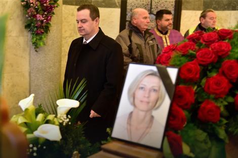 Ministar Ivica Dačić odaje počast poginuloj službenici