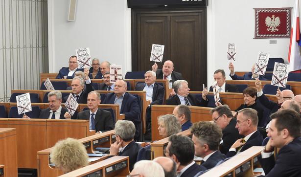 Senatorowie PO podczas pierwszego dnia 52. posiedzenia Senatu