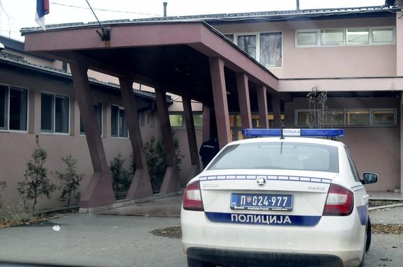 Policija ispred Doma zdravlja u Vrčinu