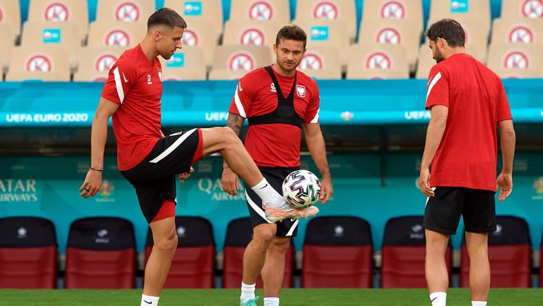 Jan Bednarek (L), Karol Linetty (C) i Bartosz Bereszyński (P) podczas treningu reprezentacji Polski w Sewilli