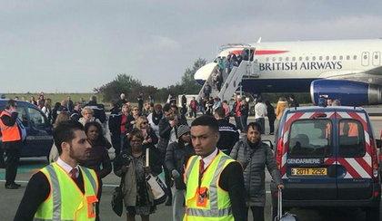 Ewakuacja pasażerów samolotu. Grożono zamachem